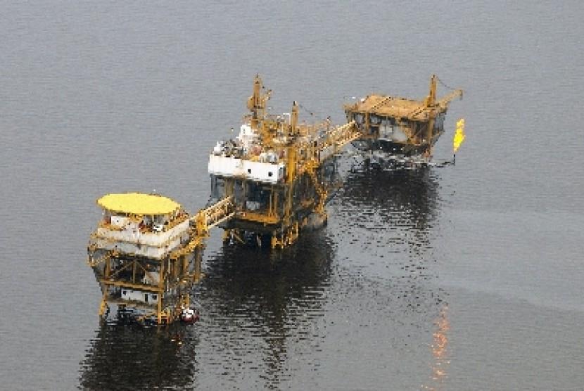 Sebuah kilang minyak lepas pantai di Selat Malaka di Provinsi Riau.