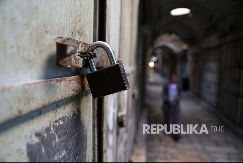 Sebuah kunci terpasang di pertokoan yang tutup di Kota Tua Yerusalem sebagai bentuk unjukrasa peringatan Hari Nakba, Selasa (15/5).