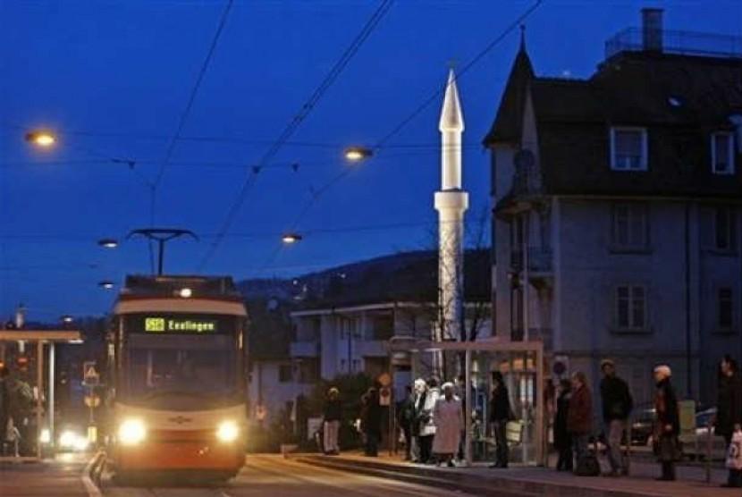 Sebuah menara masjid tampak di salah satu sudut kota di Swiss.