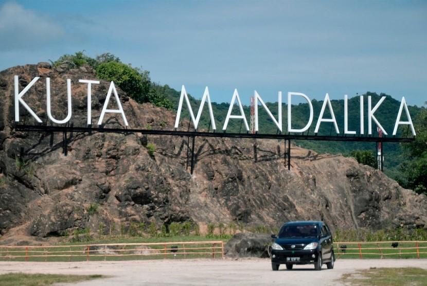 Sebuah mobil melintas dekat 'landmark' Kawasan Ekonomi Khusus Mandalika, Desa Kuta, Kecamatan Pujut, Praya, Lombok Tengah, NTB, Rabu (15/2).