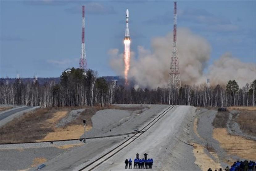 Sebuah roket Rusia, Soyuz 2.1 membawa satelit Lomonosov, Aist-2D dan SamSat-218 lepas landas dari kosmodrom baru Vostochnydi luar Kota Uglegorsk, Rusia, Kamis, 28 April 2016.