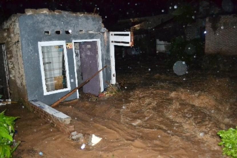 [ilustrasi] Sebuah rumah porak-poranda akibat diterjang banjir bandang setelah hujan deras selama beberapa jam meluapkan Sungai Jagalan di Gulak Galik, Telukbetung Utara, Kota Bandarlampung, Provinsi Lampung Kamis (24/1).