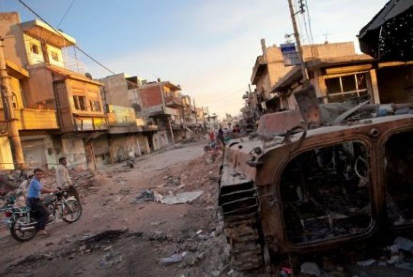 Sebuah tank yang hancur milik pasukan Suriah masih berada di sebuah jalan di Atareb, provinsi Aleppo.