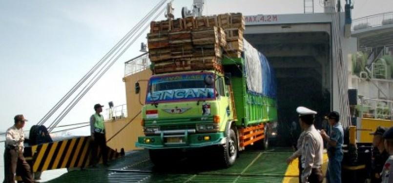 Sebuah truk di evakuasi keluar kapal, saat KM Kirana IX nyaris terbakar di Dermaga Gapura Surya Pelabuhan Tanjung Perak Surabaya, Rabu (28/9).
