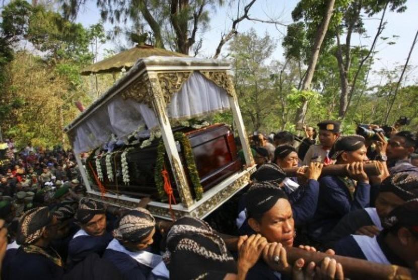 Sejumlah abdi dalem membawa peti jenazah Kanjeng Gusti Pangeran Adipati Arya (KGPAA) Sri Paduka Pakualam IX saat prosesi pemakaman di Astana Girigondo, Temon, Kulonprogo, Yogyakarta, Minggu (22/11).
