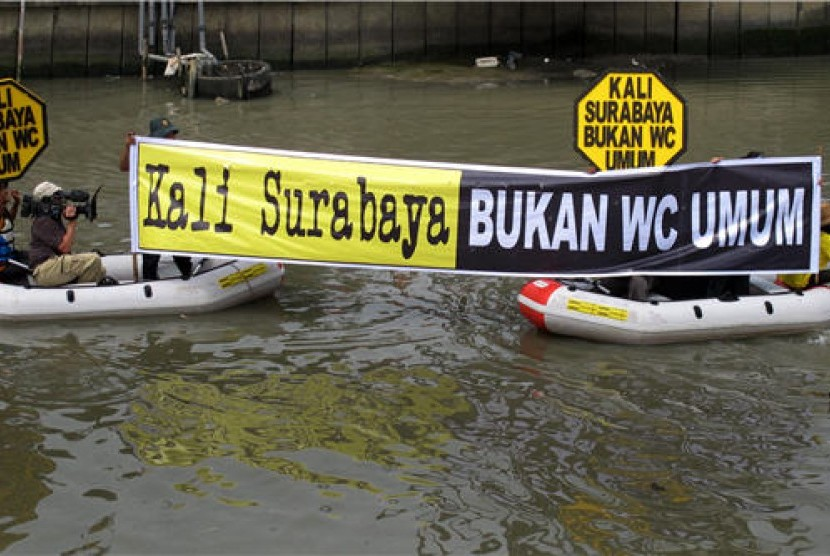 Sejumlah aktifis LSM lingkungan hidup melakukan aksi simpati peduli sungai 'Kali Surabaya Bukan WC Umum'. (ilustrasi)