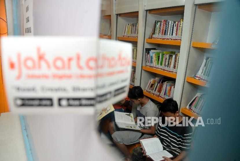 Sejumlah anak-anak membaca buku di Perpustakaan Masyarakat Jakarta (PERMATA) di RTH Kalijodo, Jakarta, Rabu (7/6).