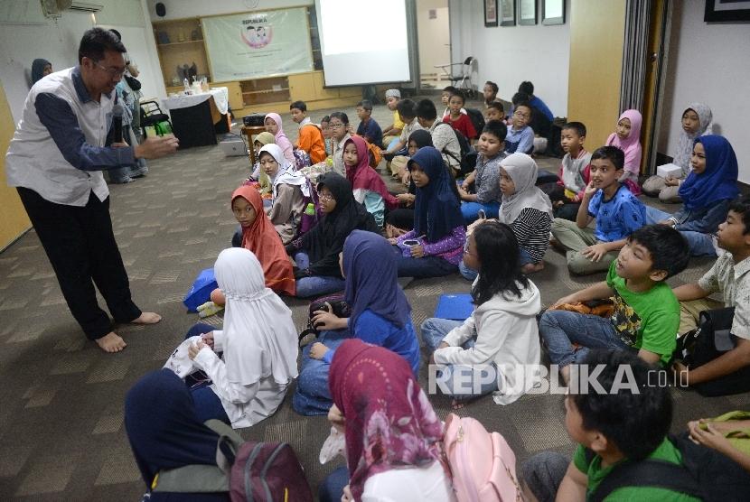 Sejumlah anak-anak mengikuti pelatihan edukasi saat Fun Science Republika di Kantor Harian Republika, Jakarta, Sabtu (12/8)..