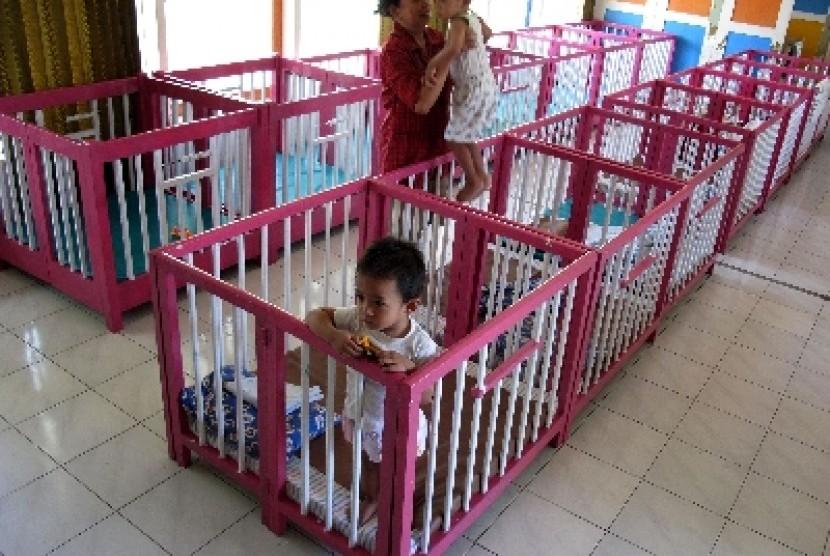 Sejumlah anak berada di Tempat Penitipan Anak (TPA) Dharma Wanita Persatuan, Ngagel Kebonsari Surabaya,