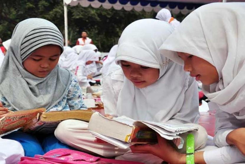 Sejumlah anak membaca Alquran.   (ilustrasi)