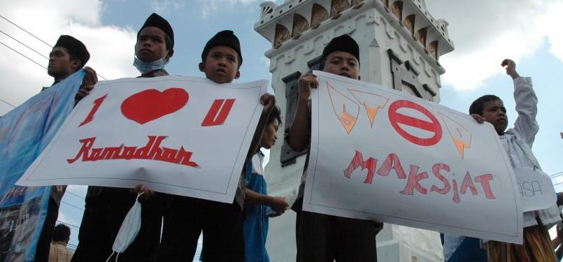 Sejumlah anak yatim mengikuti aksi simpatik yang diprakarsai Yatim Mandiri Cabang Yogyakarta, di Tugu Yogyakarta, Jumat (15/7). Aksi simpatik yang diikuti puluhan anak yatim tersebut untuk menyambut Ramadhan 1432 H.