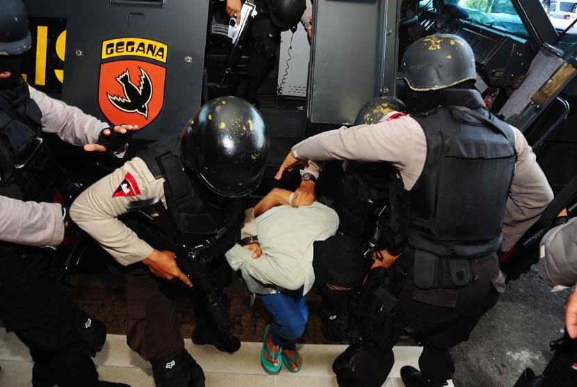 Sejumlah anggota Densus 88 Antiteror menggiring terduga teroris. (Ilustrasi).
