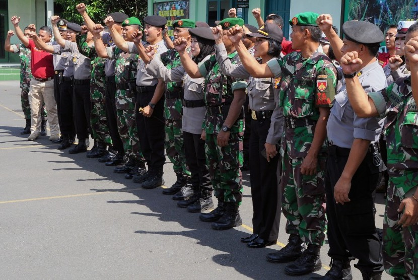 Sejumlah anggota Kepolisian mengucapkan yel-yel bersama anggota Kodim (ilustrasi)