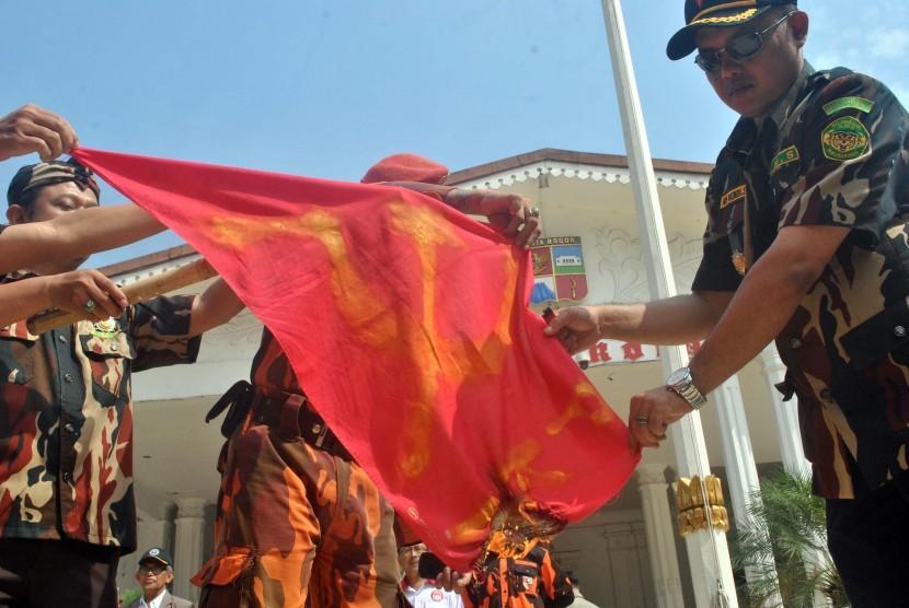Sejumlah anggota ormas membakar bendera komunis . (ilustrasi Republika)