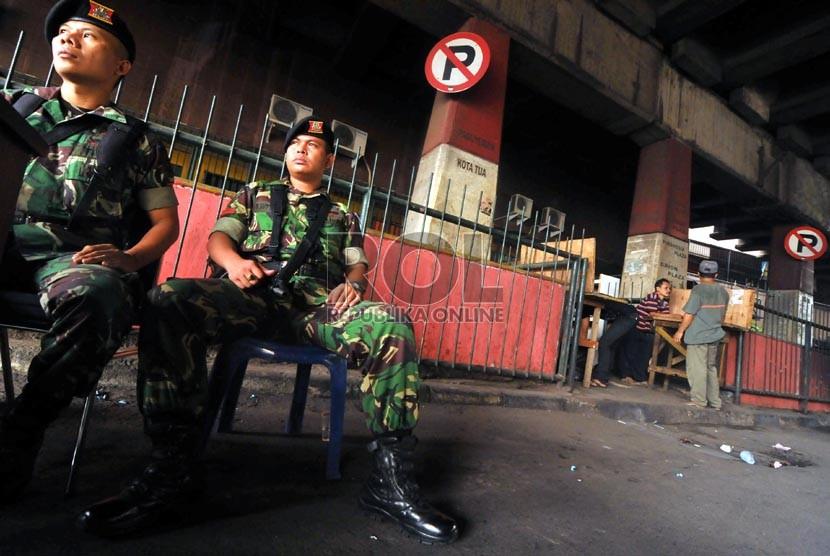 Seorang warga memberikan hak suaranya di TPS di bawah kolong jembatan kawasan Penjaringan, Jakarta Utara, Kamis (20/9).   (Zabur Karuru/Antara)