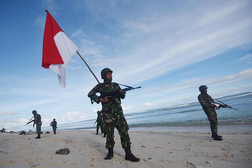 [ilustrasi] Sejumlah anggota TNI dari Korem 173/Praja Vira Braja melakukan patroli di sepanjang Pantai Distrik Oridek, Biak Numfor, Papua, Jumat (13/11).