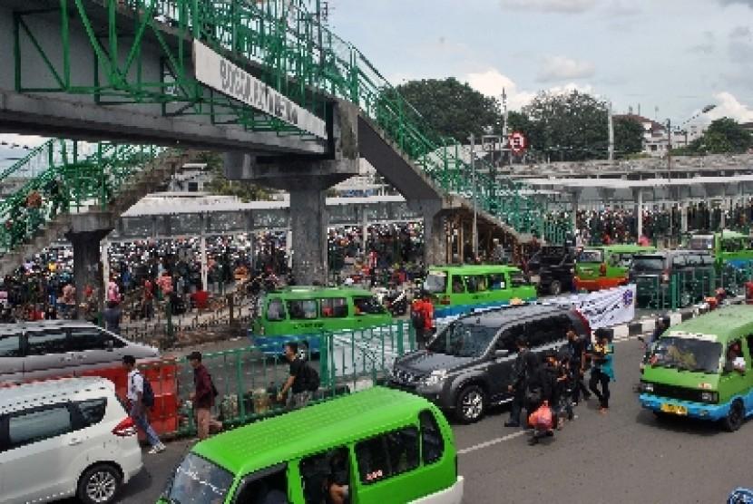 Sejumlah angkot beroperasi di Jalan Kapten Muslihat, Kota Bogor, Rabu (7/1).