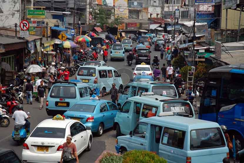 Sejumlah angkutan kota menunggu penumpang di kawasan Tanah Abang, Jakarta Pusat, Jumat (5/9). (Republika/Raisan Al Farisi)