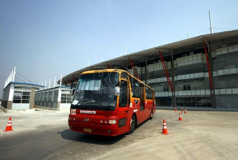 Sejumlah angkutan umum dan Bus Transjakarta mulai beroperasi di Terminal Pulo Gebang, Jakarta Timur, Selasa (4/9).    (Adhi Wicaksono)