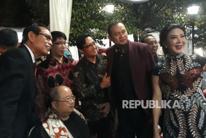 Sejumlah artis kenamaan tampak ikut mengantri untuk masuk gedung Saba Buana guna memberikan selamat kepada Kahiyang dan Bobby, rabu (8/11) malam.