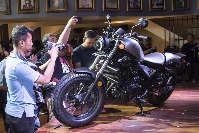 Sejumlah awak media memotret motor kustom Honda CMX500 Rebel saat peluncurannya di Jakarta, Jumat (17/3).