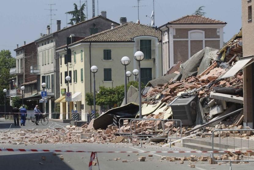 Sejumlah bangunan runtuh akibat gempa bumi yang terjadi di Cavezzo, Italia, Selasa (29/5). (Giorgio Benvenuti/Reuters)