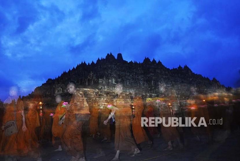 Sejumlah Biksu melakukan Pradaksina mengelilingi candi Borobudur pada puncak perayaan Tri Suci Waisak tahun 2561 B.E/ 2017 di komplek Candi Borobudur, Magelang, Jawa Tengah, Kamis (11/5). Perayaan Tri Suci Waisak tahun ini mengusung tema