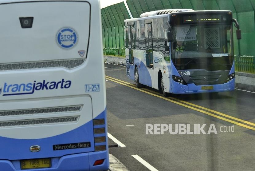 Sejumlah bus Transjakarta melintas saat survei di koridor 13 Tendean, Jakarta Selatan, Ahad (9/7).