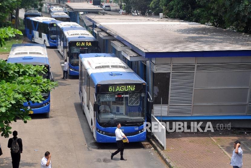 Sejumlah bus Transjakarta mengantre di Halte Busway Ragunan, Jakarta Selatan, Senin (23/10).