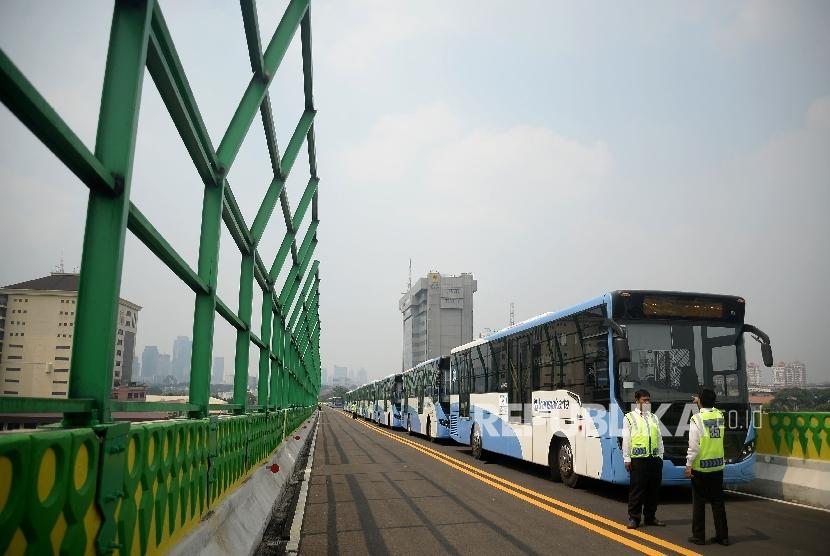 Sejumlah bus Transjakarta terparkir sebelum melakukan ujicoba di jalan layang non-tol (JLNT) bus Transjakarta koridor XIII Ciledug-Tendean di Halte CSW, Jakarta, Senin(15/5).