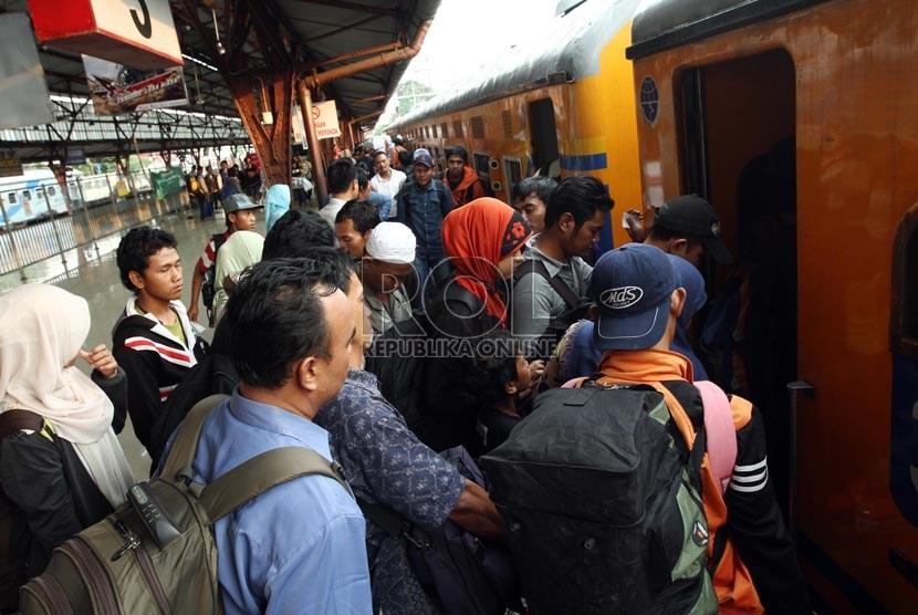 Sejumlah calon penumpang menaiki Kereta Api Mataremaja jurusan Malang, di Stasiun Pasar Senen, Jakarta Pusat (ilustrasi)