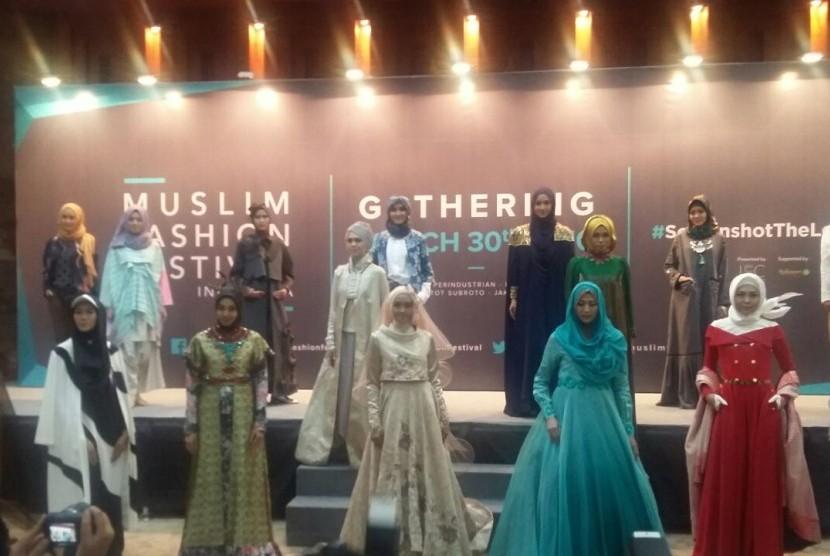 Sejumlah desainer memperlihatkan rancangannya yang akan dibawakan saat Muslim Fashion Festival Indonesia yang akan digelar Mei 2016.