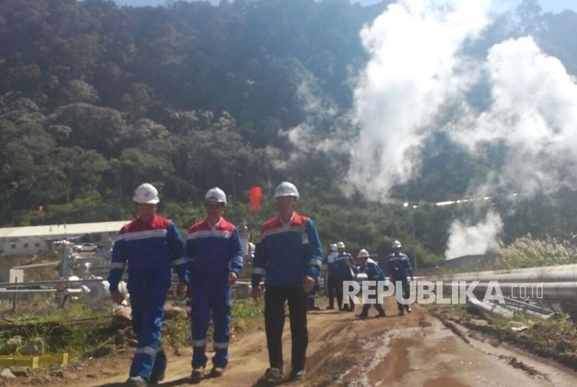 Sejumlah Direksi Pertamina Geothermal Energy berbincang saat peresmian operasional PLTP Karaha Unit 1 di Kecamatan Kadipaten Kabupaten Tasikmalaya Jawa Barat, Senin (30/4).
