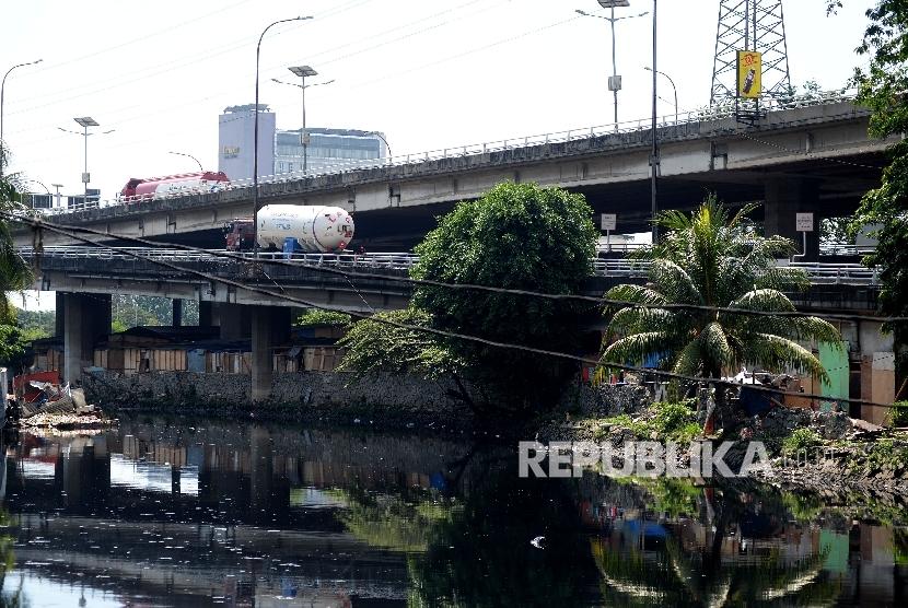 Sejumlah gubuk liar memadati kolong tol Kalijodo, Jakarta, (ilustrasi)