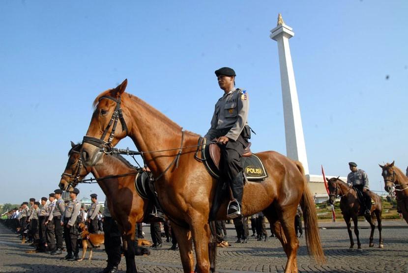 Kapolri Jenderal Pol Timur Pradopo memeriksa pasukan saat upacara gelar pasukan Operasi Ketupat 2012 di Lapangan Monas, Jakarta, Jumat (10/8). ( Agung Fatma Putra)