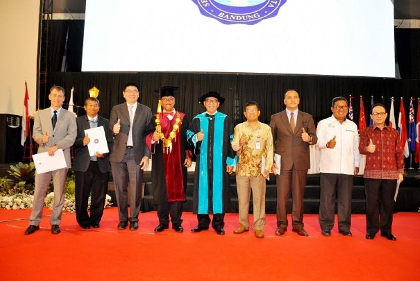 Sejumlah jajaran Rektorat Pradita Institute, Sekolah Tinggi Pariwisata (STP) Bandung, dan Direksi PT Summarecon Agung Tbk berfoto bersama selepas penandatanganan nota kesepahaman kerja sama, Senin (6/11).