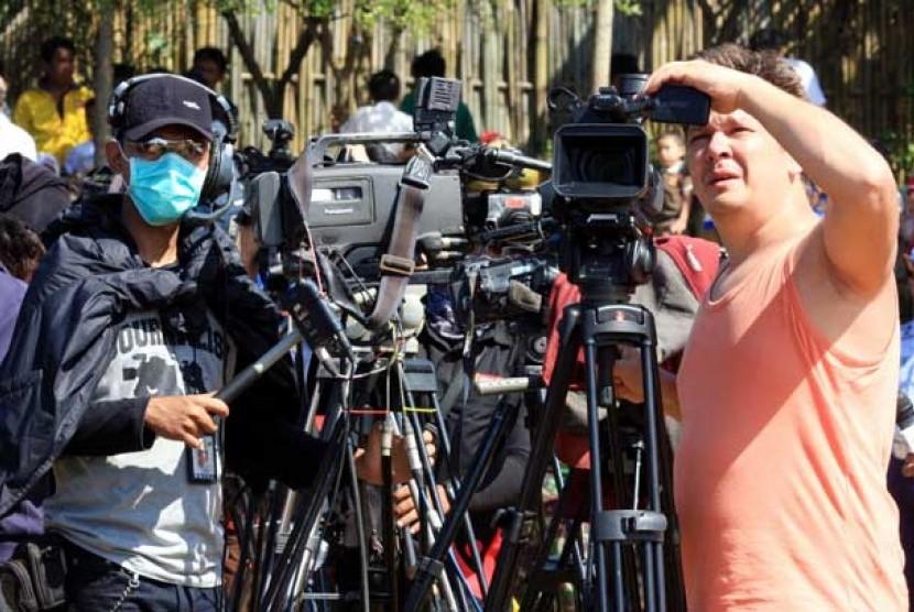 Sejumlah jurnalis dari berbagai media dalam dan luar negeri meliput proses evakuasi korban pesawat Sukhoi Superjet 100 di kawasan Cijeruk, Bogor, Sabtu (12/5).