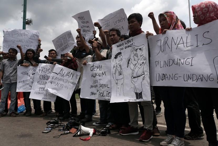Sejumlah jurnalis melakukan aksi unjuk rasa, di Pendopo Bupati Banyumas, Jawa Tengah, Selasa (10/10). Elemen jurnalis di Kabupaten Banyumas mengutuk tindak kekerasan oleh polisi dan Satpol PP terhadap sejumlah wartawan saat meliput pembubaran unjuk rasa penolakan pembangunan PLTPB Baturraden pada Senin (9/10) malam.