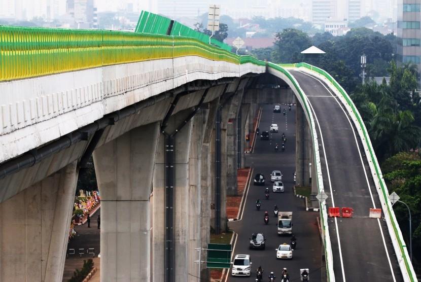 Sejumlah kendaraan melintas di bawah jalan layang non-tol (JLNT) bus Transjakarta koridor XIII Ciledug-Tendean di Halte CSW, Jakarta, Rabu (3/5).