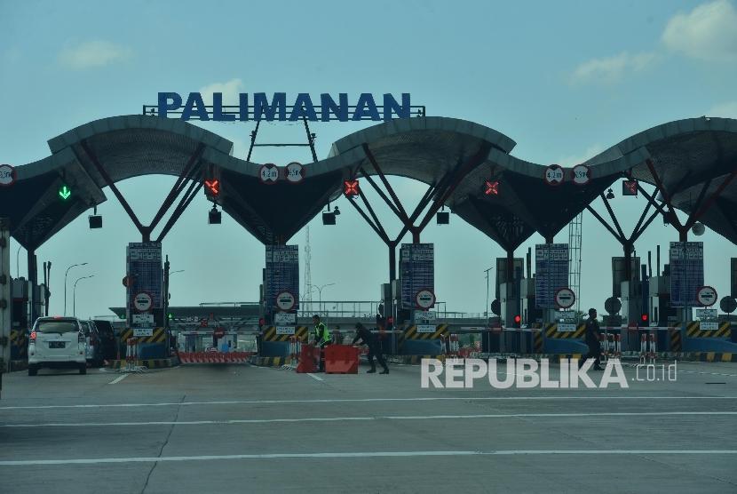 Sejumlah kendaraan memasuki gerbang tol Palimanan, Cirebon, Jawa Barat. ilustrasi