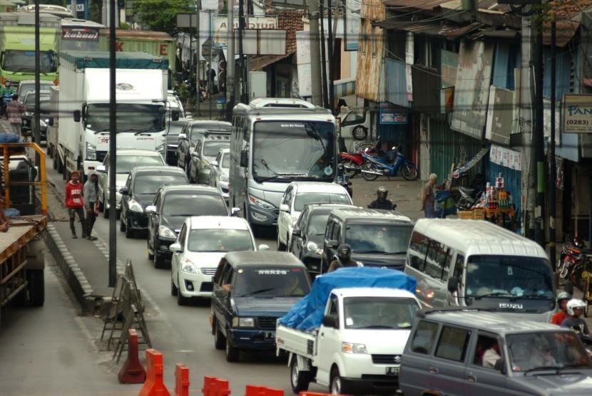Sejumlah kendaraan pemudik berjalan pelan saat melintas di jalur Pantura, Tegal, Jawa Tengah, Minggu (18/6). Menurut Satlantas Polresta Tegal, pada H-7 Lebaran, arus lalu lintas pemudik yang melintas di jalur Pantura meningkat hingga 40 persen atau naik 10 persen dibandingkan H-8.
