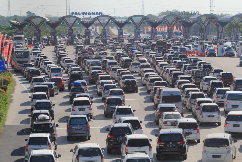 Sejumlah kendaraan pemudik memadati pintu gerbang tol Cipali, Palimanan, Cirebon, Jawa Barat, Rabu (28/6).
