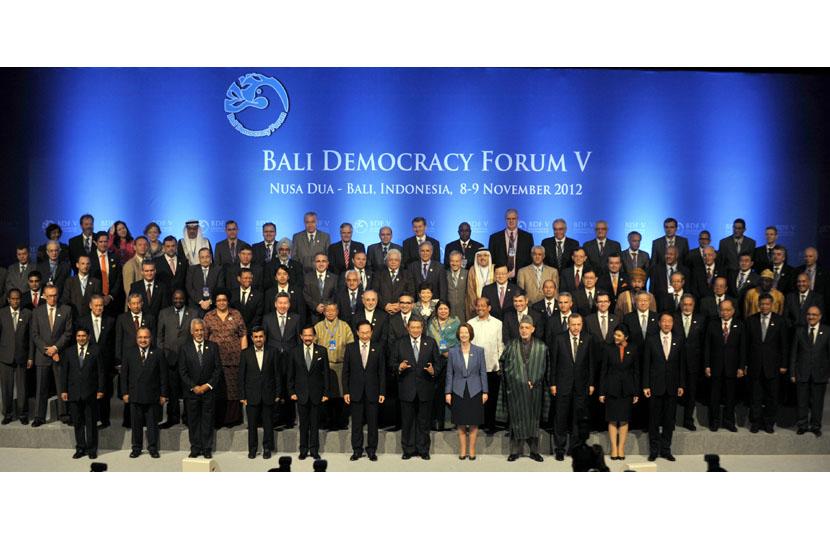 Sejumlah kepala negara berfoto bersama menteri-menteri dan delegasi peserta Bali Democracy Forum (BDF) V di Nusa Dua, Bali, Kamis (8/11).   (Antara/Nyoman Budhiana)