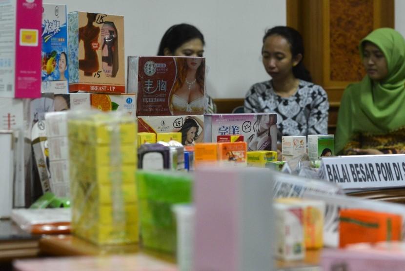 Sejumlah kosmetik ilegal dengan bahan dan zat berbahaya yang diamankan dalam operasi pasar 19-30 Oktober 2015 disusun di kantor pusat BPOM, Jakarta, Jumat (6/11).