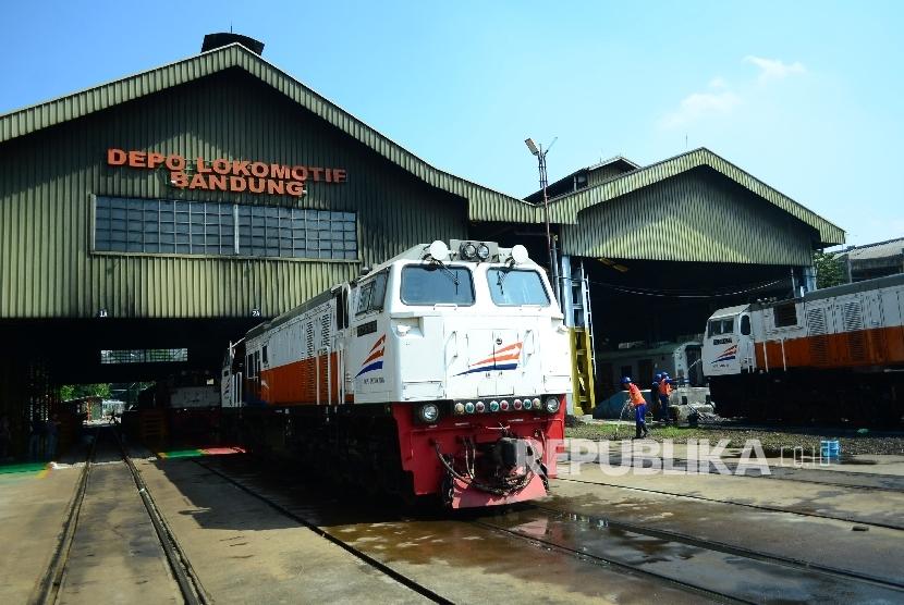Sejumlah lokomotif kereta api diparkir untuk mendapatkan perawatan dan perbaikan khusunya menjelang arus mudik Lebaran, di Depo Lokomotif PT Kereta Api Indonesia (PT KAI) DAOP 2 Bandung, Jumat (9/6).