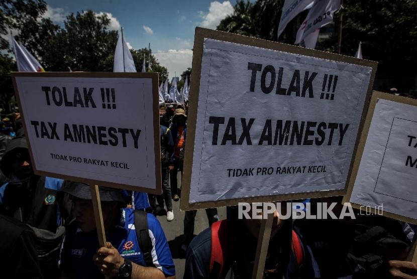Sejumlah masa buruh melakukan aksi di Silang Monas, Jakarta, Kamis (29/9).
