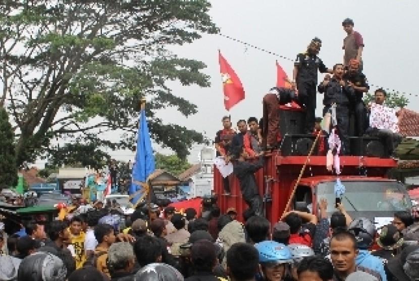 Sejumlah massa dari berbagai organisasi masyarakat melakukan aksi unjukrasa menuntut Bupati Garut, Aceng HM Fikri mundur dari jabatannya di depan kantor DPRD Kabupaten Garut, Jawa Barat. (ilustrasi).