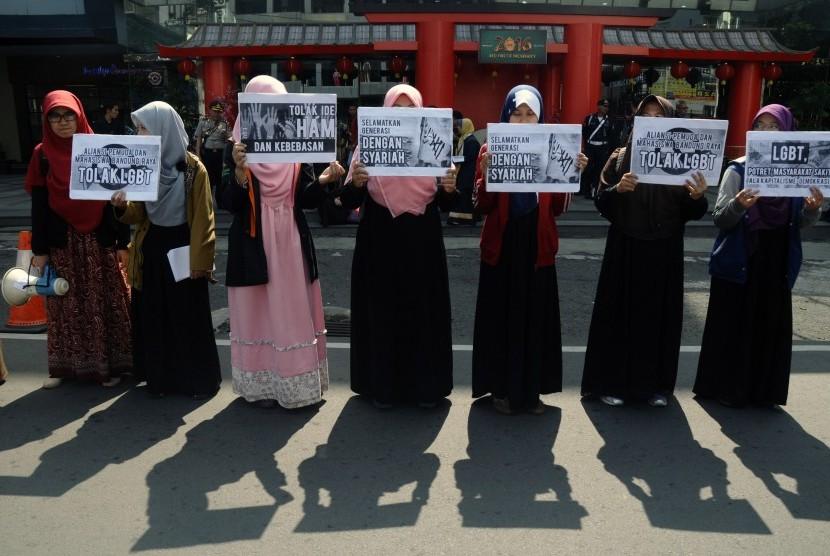 Sejumlah massa yang tergabung dalam Aliansi Pemuda dan Mahasiswa Bandung Raya melakukan aksi unjukrasa tolak LGBT (Lesbian, Gay, Biseksual dan Transgender) di  depan Mal Bandung Indah Plaza, Bandung, Jawa Barat, Jumat (19/2)
