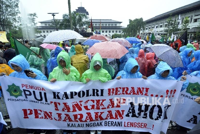 Sejumlah massa yang tergabung dalam Generasi Muda Jabar melakukan unjuk rasa terkait penistaan Alquran oleh Gubernur DKI Jakarta Basuki Tjahaja Purnama di depan halaman Gedung Sate Bandung, Kota Bandung, Jumat (28/10). (Republika/Mahmud Muhyidin)