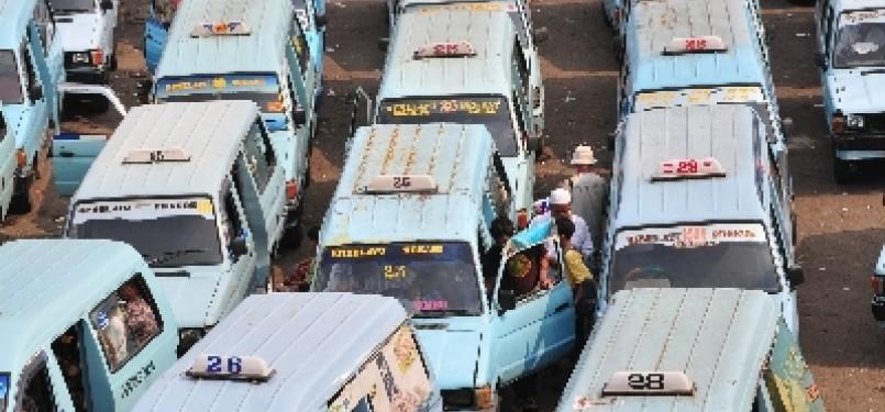Sejumlah mobil angkutan kota (Angkot) mengantre untuk menunggu penumpang di Terminal kampung Melayu, Jakarta Timur, Kamis (7/7).
